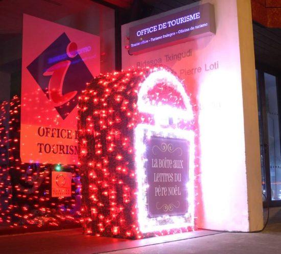 Boite aux lettres du père noël Office de Tourisme de Hendaye