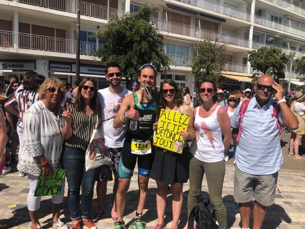 Jérôme entouré de sa famille et amis à l'arrivée du triathlon des Sables d'Olonne afin de représenter le fait qu'un triathlète ne se déplace rarement seul