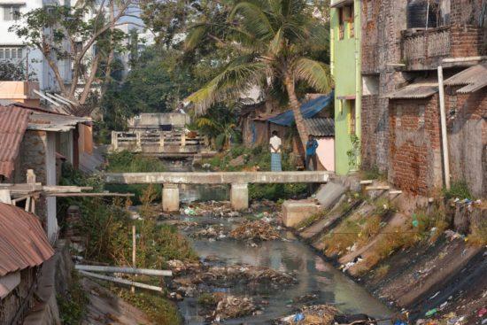 Odeurs d'un canal aux ordures en Inde
