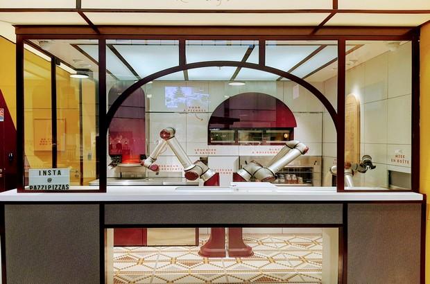 Robot pizza serris dans un restaurant au val europe