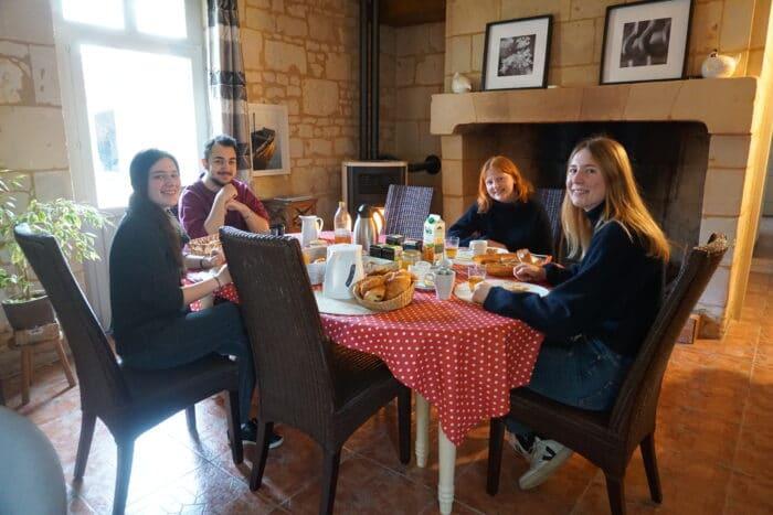 Etudiants qui prennent le petit déjeuner chez un des partenaires de l'initiative en Anjou