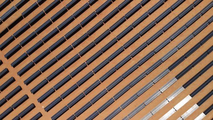 Photo aérienne d'une ferme solaire en Arizona.